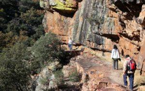 Senda excavada en la roca por la ruta de Cabañeros