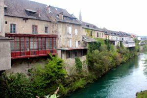 Casas con balcones colgados al río. Mauléon-Licharre