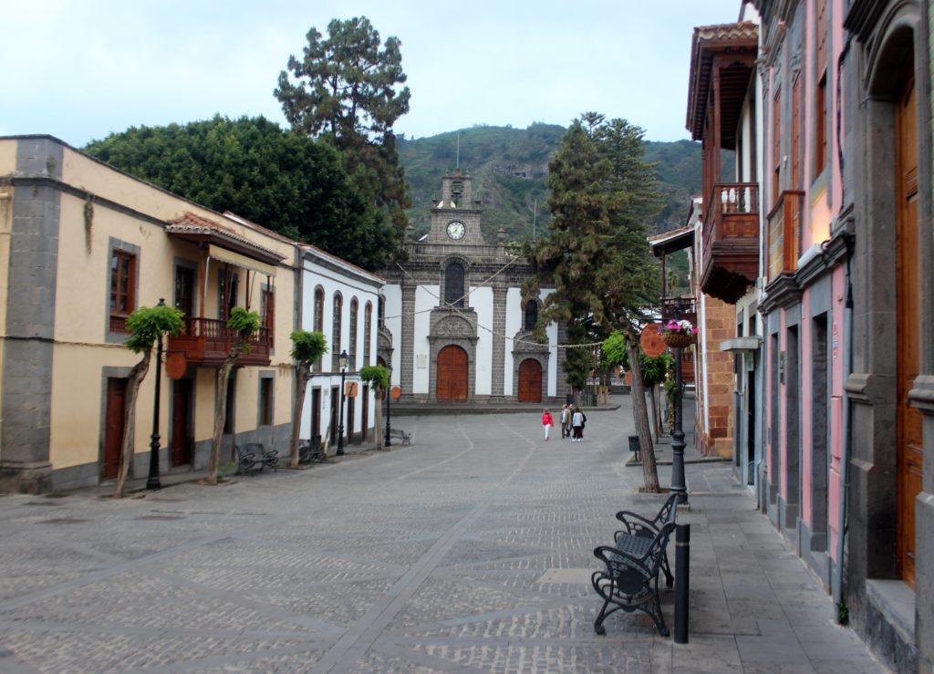 Calle principal y basílica de Teror
