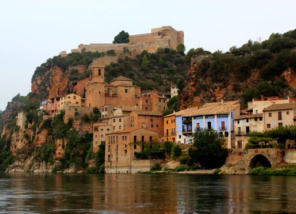 Casas colgantes de Miravet. Castillo de Miravet
