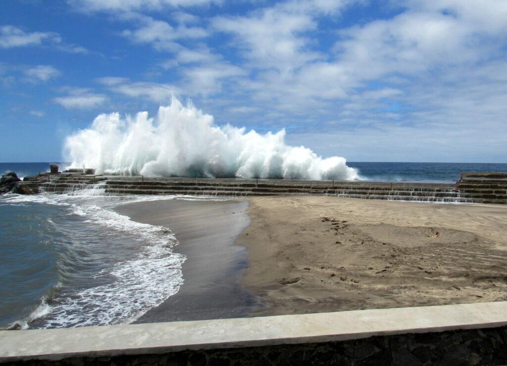 Grandes olas rompiendo en el malecón