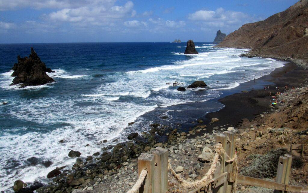 Playa de Benijo con olas