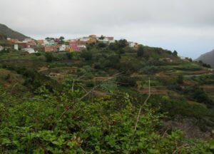 Pueblo de casas de colores en Anaga