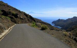 Carretera desierta y el Teide al fondo