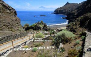 Playa de la Caleta y el Teide al fondo