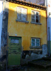 Casa con fachadas en amarillo en Braganza