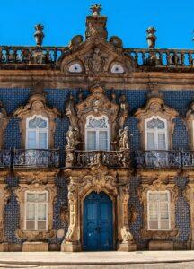Palacio de azulejos blancos y azules en Braga