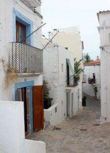 Calles blancas y azules de la Dalt Vila