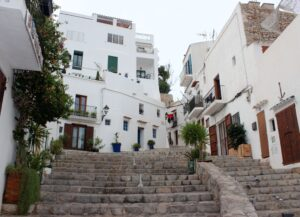 Calles con escaleras de la Dalt Vila de Ibiza