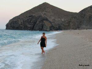 Andar descalza por la Playa de los Muertos en Almería