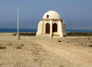 Ermita blanca de la playa de Torregarcía