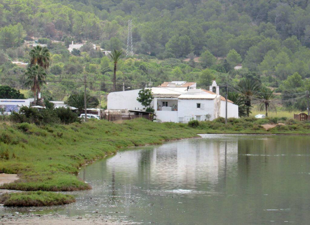 Iglesia y salinas de Ibiza