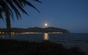 Playa con luna llena