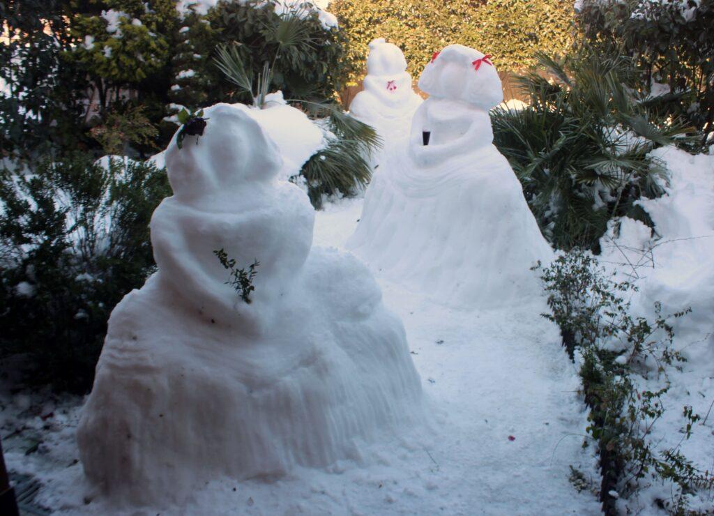 Muñecos de nieve. Meninas de nieve