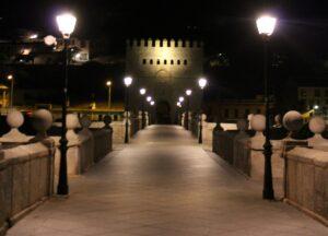 Puente de San Martín de noche. Qué ver en Toledo