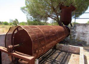 Maquinaria para extraer piñones, Centro de Visitantes el Acebuche